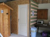 Toilettes sèches / salle de douche en extérieur couvert communes aux 2 chambres d'hôtes